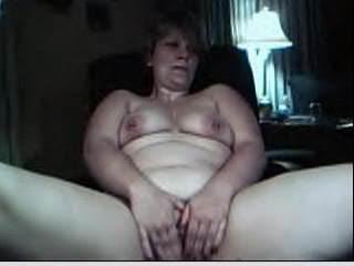 Толстая зрелая домохозяйка по вебкамере мастурбирует бритое отверстие
