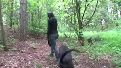krasivie-bryunetku-poimeli-pryamo-na-lyudyah-video