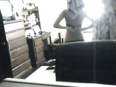 Любительское подглядывание за обнажённой молодой девушкой с шикарным телом