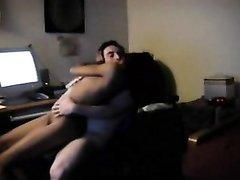 Худая негритянка с маленькими сиськами перед скрытой камерой оседлала белый член