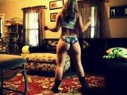 Любительское подглядывание за эротическим танцем фигуристой красотки
