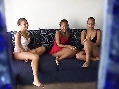 Подглядывание за домашней лесбийской групповухой с участием трёх студенток