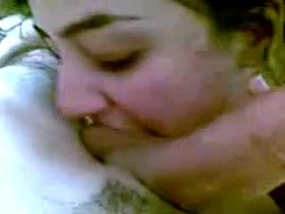 Нежная зрелая брюнетка от первого лица строчит домашний минет супругу