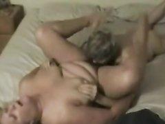 Молодой любовник теребит соски и лижет киску зрелой и толстой блондинки