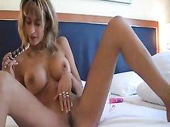 Грудастая блондинка балдеет от любительской мастурбации с розовыми шариками
