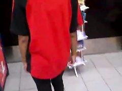 Негритянка в магазине от первого лица строчит домашний минет белому покупателю