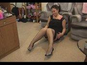 Зрелая брюнетка в чулках раздвинула ноги для любительской мастурбации