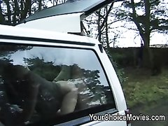 Минет и любительский анал с красоткой в машине припарковавшейся в лесу