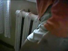 Рыжая молодая проститутка сделав домашний минет трахается со зрелым клиентом