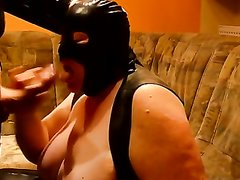 Зрелая толстуха в маске из латекса делает любительский минет стоя на коленях
