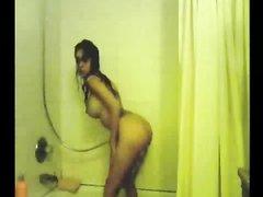 Подглядывание по любительской скрытой камерой за индийской моделью в душе