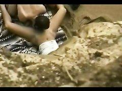 Чувак с любительской камерой подглядывает за туристом делающим куни на пляже