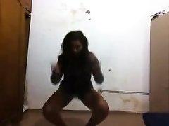 Негритянка с большой круглой попой исполнила домашний эротический танец