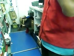 Молодая брюнетка на работе перед скрытой камерой строчит любительский минет
