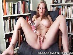 Зрелая рыжая домохозяйка с большими сиськами мастурбирует киску секс игрушкой