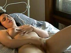 Аппетитная молодая девушка разделась на кровати для домашней мастурбации