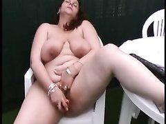 Зрелая толстуха для домашней мастурбации использует красную секс игрушку
