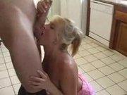 На кухне зрелая блондинка строчит домашний минет и трахается до окончания на грудь