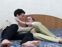 В постели молодая девушка сделав домашний минет раздвинула ноги для интима