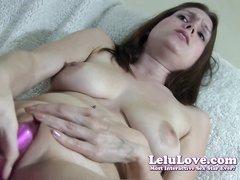Молодая домохозяйка использует разные секс игрушки для мастурбации дырки