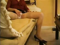 Зрелая дама в чулках перед скрытой камерой занялась любительской мастурбацией
