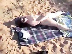 Пляжное подглядывание за любительской мастурбацией широкобёдрой туристки