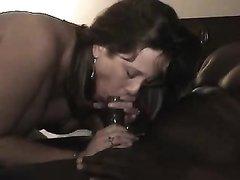 Негр большим чёрным членом трахает зрелую киску ублажая белую любовницу
