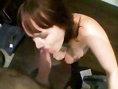Рыжая девушка от первого лица делает любительский минет парню с большим членом