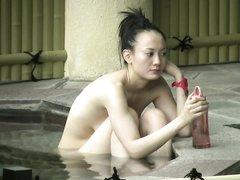 Молодая фигуристая японка с шикарной фигурой обнажённой отдыхает в бассейне