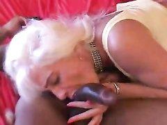 Гламурная зрелая блондинка отсасывает чёрный член темнокожего любовника