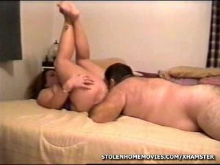 Поклонник делает любительский куни возбуждённой зрелой толстухе в постели