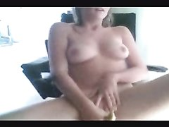 Аппетитная блондинка после душа занялась любительской мастурбацией