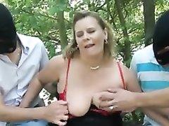Групповой любительский секс зрелой толстухи с молодыми парнями на природе