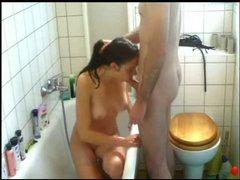 В ванной худая девушка с маленькими сиськами делает домашний минет и трахается