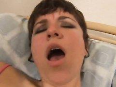 Толстая зрелая домохозяйка с большими сиськами мастурбирует волосатую киску