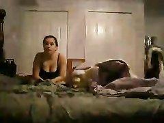 Рыжая негритянка встав на карачки строчит домашний минет темнокожему ухажёру