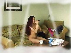 Подглядывание за любительской мастурбацией молодой кокетки с длинными волосами