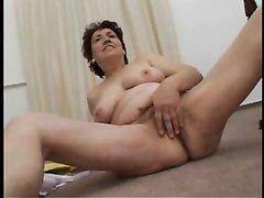 Стриптиз и домашняя мастурбация волосатой киски от зрелой развратницы