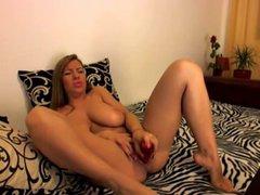 Рыжая красотка с большими сиськами предалась домашней мастурбации по вебкамере