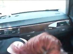 Рыжая авто леди сделав любительский минет трахается с пассажиром в машине