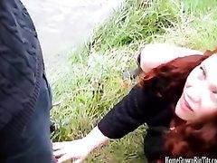 Рыжая шлюха на природе сделав любительский минет трахается с клиентом