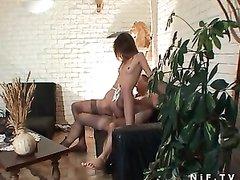 Худая француженка перед любительским анальным сексом отсасывает член