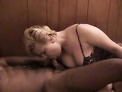 Негр сделав фистинг зрелой и толстой блондинке трахает её чёрным членом