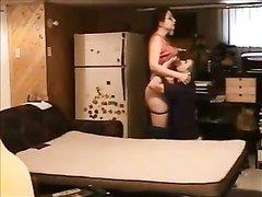 Домашний секс зрелой дамы с поклонником снимает скрытая камера в спальне