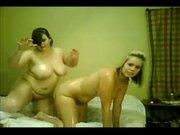 Молодые и толстые лесбиянки перед вебкамерой зажгли любительскую сцену