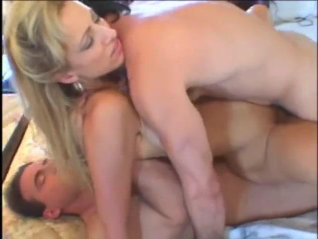 Анальный секс втроём и домашний минет с двойным проникновением в блондинку