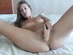 Блондинка на вебкамеру занялась любительской мастурбацией бритой киски