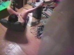Скрытая камера вечером снимает домашнюю мастурбации одинокой женщины
