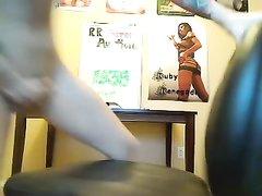 Азиатка перед вебкамерой наслаждается любительской мастурбацией киски