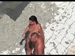 Любительское подглядывание секса втроём с туристкой на нудистском пляже